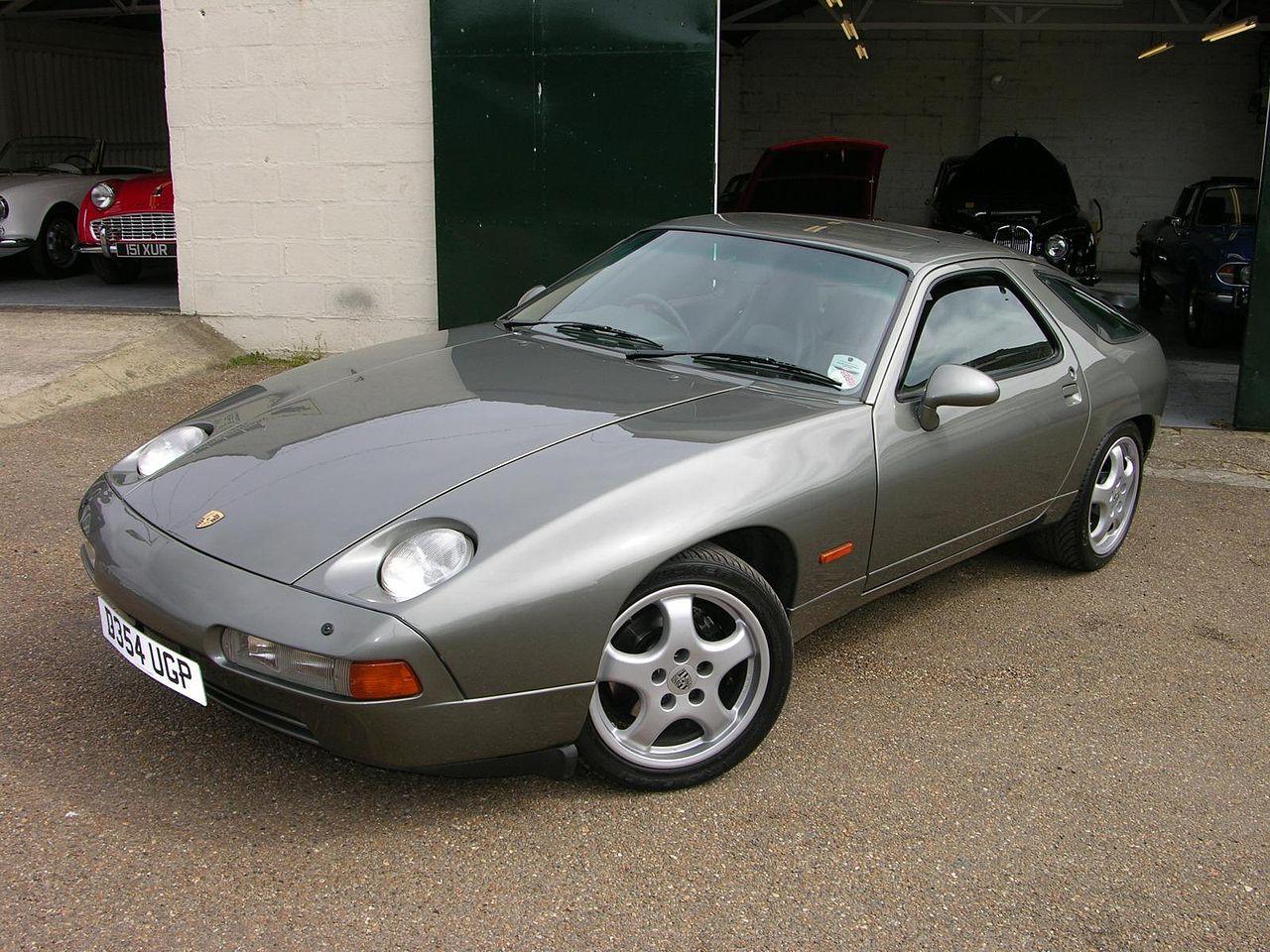 1280px-1987_Porsche_928_S4_front