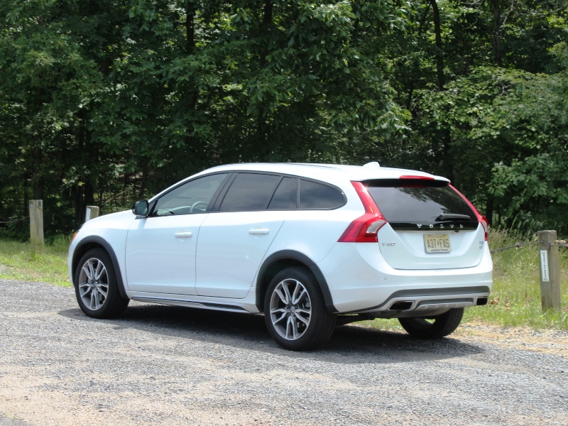 volvo v60 vs v60 cross country what 39 s the difference carfax. Black Bedroom Furniture Sets. Home Design Ideas